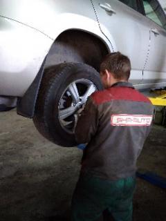 Снятие колёс задней оси автомобиля