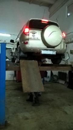 Toyota RAV 4 на стенде регулировки схода-развала колёс