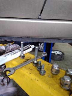 Используем оригинальную смазку Toyota направляющих тормозных механизмов