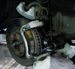 На вид внешняя сторона оригинального тормозного диска в идеальном состоянии